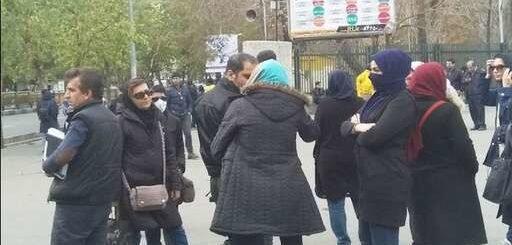 تجمع دانشجویان مقابل دانشگاه تهران