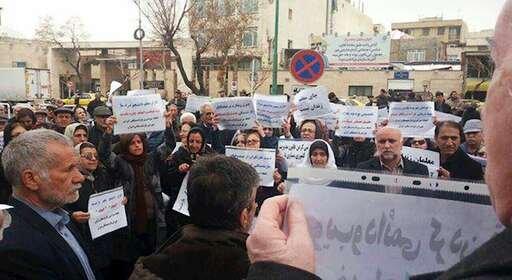 تجمع اعتراضی بازنشستگان کشوری در مقابل مجلس ارتجاع+فیلم