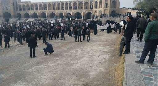 تجمع دو هزار نفر از کشاورزان خوراسگان در پل خواجو اصفهان + فیلم و عکس