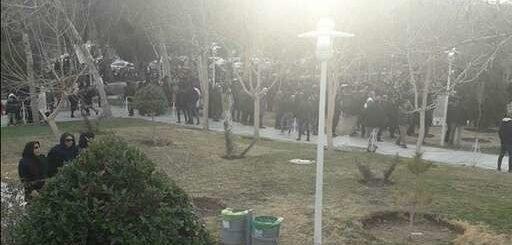تجمع اعتراضی صدها تن از مردم اصفهان در کنار زاینده رود